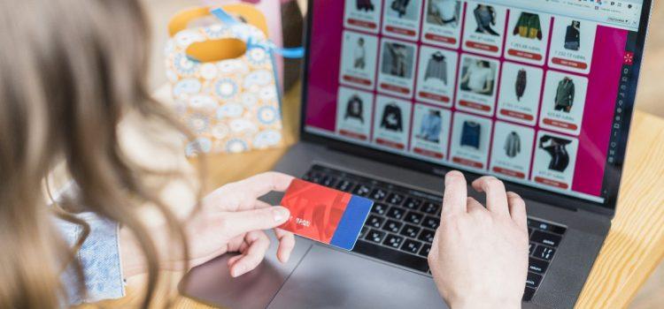 Przymierzanie ubrań i dodatków online – czy to przyszłość zakupów przez Internet?