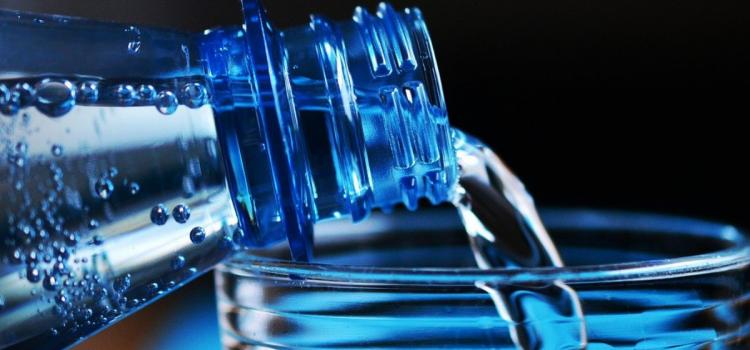 Jaką wodę pić? Mineralną czy źródlaną?