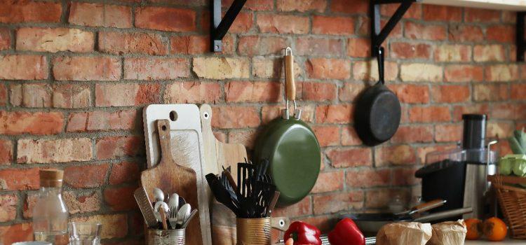 Wyposażenie kuchni – lista niezbędnych akcesoriów i sprzętów